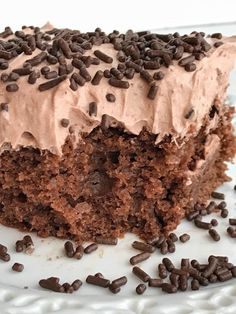 This skinny chocolate cake is made with a chocolate cake mix, chocolate Greek yogurt and topped with a light & fluffy chocolate whipped frosting! You won't believe that each serving is only 200 calories Low Calorie Desserts, Weight Watchers Desserts, No Calorie Foods, Low Carb Desserts, Light Desserts, Eggless Desserts, Chocolate Greek Yogurt, Healthy Chocolate, Healthy Sweets