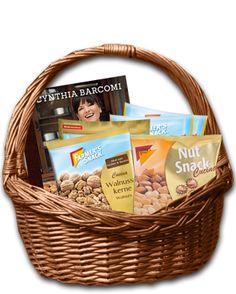 Geschenk-Korb Verschenkt zu #Weihnachten einen Farmer's Snack #Geschenk #Korb inklusive dem neuen ,,Cookies''-Backbuch von Cynthia Barcomi und einer Auswahl unserer leckeren Snacks. Ob Mandeln, Walnusskerne oder Birnen-Hälften - mit unseren Nuss- und #Trockenfrucht #Produkten lassen sich eine Vielzahl von Cynthia Barcomi's Rezepten zubereiten. Als kleine Anregung sind #Rezeptkarten enthalten.