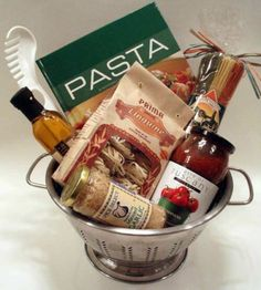 "Italian dinner gift ""basket"" in a colander! Use fresh garlic instead of jarred Pampered Chef products, of course! Would be great for next year's silent auction at the Clergy Spouse Retreat. Theme Baskets, Themed Gift Baskets, Raffle Baskets, Diy Gift Baskets, Basket Gift, Homemade Gift Baskets, Jar Gifts, Food Gifts, Silent Auction Baskets"