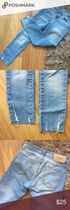 NWOT Zara Frayed Hem Skinny Jeans The frayed hem trend is everywhere! Get these light wash skinnies perfect for spring  Zara Jeans Skinny