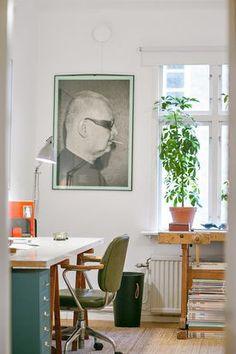 Biuro z podłogową lampą