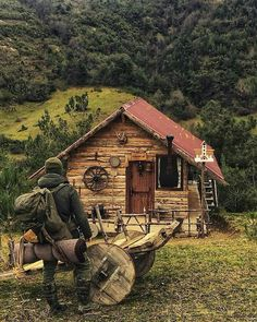 If you are interested in learning bushcraft skills, don't hesitate to get started.Here are just some of the more hardcore bushcraft skills you can try. Tiny House Cabin, Log Cabin Homes, Cabins In The Woods, House In The Woods, Tenda Camping, Camping Survival, Bushcraft Camping, Survival Gear, Survival Skills