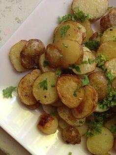 Kesäiset valkosipuliperunat. Good Food, Yummy Food, Healthy Food, Tasty, Vegan Recipes, Cooking Recipes, Food Tasting, Savory Snacks, Vegetable Recipes