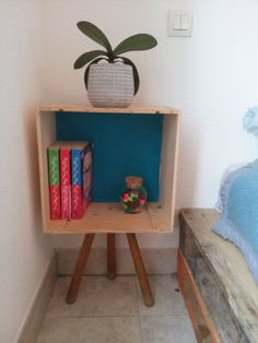 Table de nuit, diy, faite avec une caisse de vin en bois + un tabouret + du papier peint