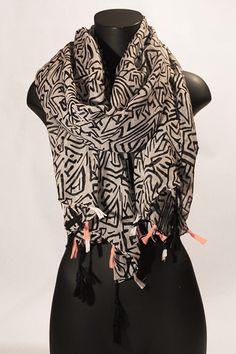 Sciarpa bianca a fantasia nera con frange colorate. #portobelloathome  http://portobelloathome.com/?product=sciarpa-fantasia-con-frange