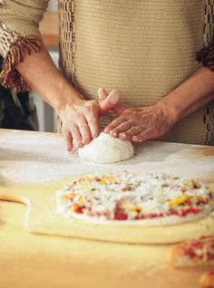 Ricardo Cuisine helps you find that perfect pizza recipe. Learn how to make homemade dough and more. Best Pizza Dough, Good Pizza, Pate Pizza Ricardo, Pizza Preparation, Smoked Salmon Pizza, Chicken Calzone, Sauce Barbecue, Barbecue Chicken, Bbq
