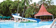 Bar La Isla. Disfruta dentro de la piscina de un delicioso jugo natural o del más exquisito coctel. Horario: Lunes - Domingo 9:00 a.m. - 5:00 p.m. #ElHoteldeLasEstrellas