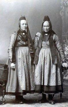 Zwei Frauen in Marburger Tracht aus Dreihausen, um 1910 #Marburg #evangelisch