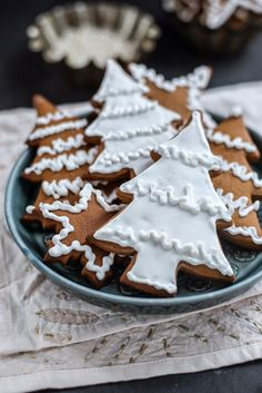 Easiest gingerbread cookies – a Christmas classic that can also be used to make a gingerbread house. This dough requires no chilling, keeps its shape and is a joy to roll.
