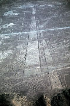 The Nazca Lines / A series of ancient geoglyphs located in the Nazca Desert in southern Peru. Etched into a high plateau in Peru's Nazca Desert, a series of ancient designs stretching more than 50 miles has baffled archaeologists for decades. Machu Picchu, Ancient Aliens, Ancient History, Ancient Greek, Nazca Peru, Nazca Lines Peru, Ufo, Crop Circles, Sumerian
