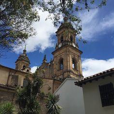 Bajo el sol de Bogotá descubres belleza en cualquier esquina. Any given day Bogota wonders with its beauty in any corner. #architecture #sunnyday #bogota #church #ig_bogota