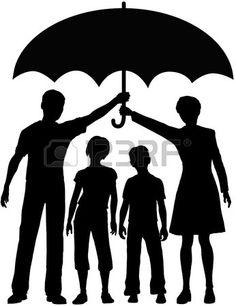 Familie Eltern halten einen Regenschirm Kinder zu sch tzen Stockfoto
