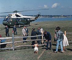 1962. 26 Août. Hammersmith Farm, Newport, Rhode Island. JFK arrives and meet little John jr (recadrage)