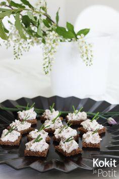 Tervetuliaismaljan suolaiset ja makeat parit: ruisneliöt porotahnalla ja salmiakki-valkosuklaaleivokset   Kokit ja Potit -ruokablogi