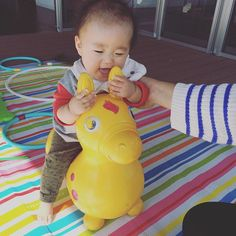 Instagram media outanmom - #離乳食 39日目 #7ヶ月  今日は写真なし。 にんじんさつまいも粥 はくさいかぼちゃ煮  おくちに入れて さぁふた口目と思って見たら くちから出てた。 ブーッと吹き出された。  朝からお友達と子育て支援サロンへ。 お昼にハイハイン。 めっちゃ小さく小さくしてお口に入れると サクサク音をさせながら食べてた〜。 そんな風に離乳食も食べてほしいな。 #ロディ かわいい。 #息子 #UNIQLO #GAP #わがこ