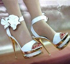 Beyaz platformu taşlı zarif bir ayakkabı