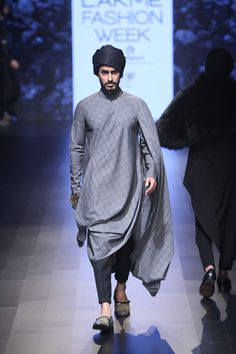 Lakme Fashion Week 2016 Dresses By Shantanu And Nikhil Mens Indian Wear, Mens Ethnic Wear, Indian Groom Wear, Indian Men Fashion, Indian Man, Mens Fashion, Punjabi Fashion, Kurta Pajama Men, Kurta Men