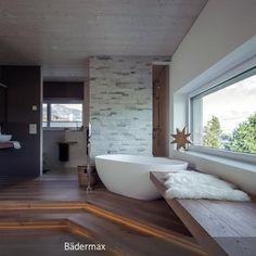 Ein sehr großzügiges und modernes Badezimmer mit der freistehenden Mineralguss-Badewanne Luino. Uns gefällt besonders der Mix mit dem Holzfußboden und der …
