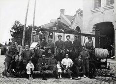 Uno de los primeros vehículos de bomberos a motor. Chamberí, 1920