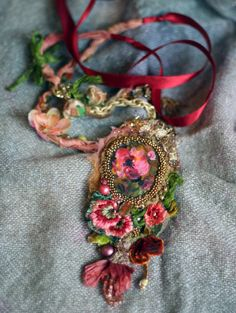 Romantischen shabby chic Kette aus Vintage Schnürung, Seide, Seide samt; Funktionen kleine hand bemalte Cameo-Auftritt in wulstige Rahmen