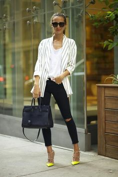 fashion trend - ways to wear - vertical stripes outfits - street style - striped blazer - yellow heels outfit Striped Blazer Outfit, Look Blazer, Yellow Shoes Outfit, Beige Blazer, Heels Outfits, Blazer Outfits, Casual Outfits, 30 Outfits, Blazer Fashion