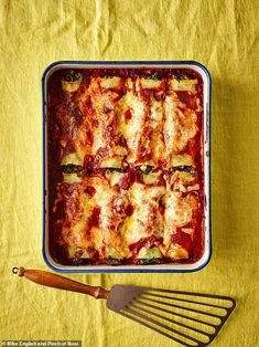 Usually made with a rich, full-fat cheese sauce, cannelloni can seem like an unhealthy option on a menu - but Pinch of Nom spinach and ricotta cannelloni will feel like just as much of an indulgence. Spinach Ricotta Cannelloni, Cannelloni Recipes, Gourmet Recipes, Cooking Recipes, Healthy Recipes, Dinner Recipes, Slimming World Vegetarian Recipes, Vegetarian Teas, Slimming World Dinners