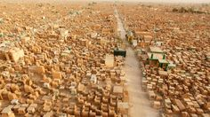 VILLE MORTE -À perte de vue s'étendent des milliers de tombes et de mausolées. Wadi al-Salam (la vallée de la paix), en Irak, l'un des plus grands cimetières du monde, entoure le mausolée d'Ali, où se trouve la tombe du quatrième calife de l'islam et première imam chiite. Plus de 5 millions de personnes y auraient été inhumées, dont plusieurs prophètes. Plus de cent enterrements y ont lieu chaque jour.
