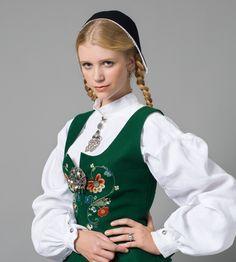 BOLSØYBUNADEN Bolsøybunaden ble laget av Mali Furunes og var ferdig i 1947. Mali Furunes var leikleder, og kollega og venninne av Klara Semb, en kvinne som har betydd mye for arbeidet med å rekonstruere bunader i Norge. Rent drakthistorisk bygger bunaden på et noe tilfeldig draktmateriale. Den har vært i bruk blant romsdalskvinnene siden 1940-tallet og er fremdeles en populær bunad.