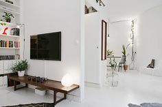 Leuke details in dit huis vind ik de looplamp boven de eettafel, de lichtslinger die aan de muur bij eettafel hangt.
