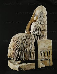 Seated woman. Steatite statuette Early dynastic period II, Ur I (2645-2460 BCE) from the temple of Ishtar at Mari, Syria