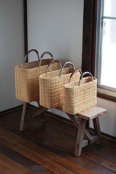丈夫に編まれたストローかごバッグ。しっかりした平らな底なので、お弁当やマグボトルを入れても大丈夫。スリッパを入れて玄関先に、雑誌を入れてリビングに飾ってもかわいいです。浅型と深型、それぞれS、M、Lがあります。warang wayanモロッコ在住の石田雅美とバリ在住の土屋由里が、2000年より始めた小さな雑貨屋。長く使いこむほどに道具となっていくような手づくりの商品を、モロッコとバリの職人とともに制作している。 Rattan Basket, Basket Bag, Wicker, Bountiful Baskets, Casamance, Bamboo Crafts, Jute Bags, Sisal, J Brand