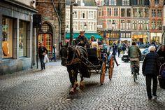 Tardes para pasear. Brujas Bélgica. #brujas #brux #bruxes #caballo #horse #travel #traveling #viaje #viajar #belgica #belgium #city #ciudad #lifestyle #travelphotography #tower #reloj #clock #torre #architecture #building #farola #wanderlust