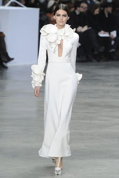 White sculpture rose petals dress @ Stéphane Rolland Spring Summer Couture 2013 #HauteCouture #HC #Fashion