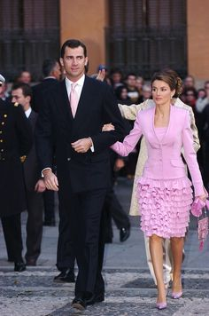 An amazing pink ruffled skirt on Letizia, Princess of Spain. Princess Of Spain, Spanish Royalty, Estilo Real, Spanish Royal Family, Queen Dress, Estilo Fashion, Queen Letizia, Love Her Style, Royal Fashion