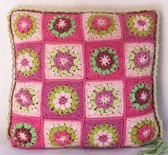 Heklet putetrekk i rosa og grønt m/blomster.