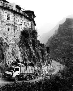 Morocco High Atlas Agoundis Tagharghist Berber truck© Bart Deseyn