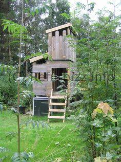Een speeltoren / speelhuis van hergebruikte tuinplanken.