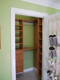 small closet handig voor eigen schoenenhokje, opbergers aan deur of toch een gordijn???