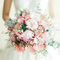 Happy Friday all!! how about this gorgeous peony orchid thistle and rose bouquet?! I just love the difference in texture and the hues #flowerfriday #weddingflowers #weddingbouquet #bouquet #peony #orchid #thistle #rose #blush #pink #weddingcolours #weddingideas #weddinginspiration #happyfriday #friday #weddingblog #weddingblogger #devinebride pic by @emmahuntlondon