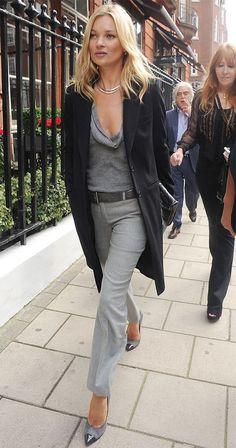 Kate Moss usa calça de alfaiataria cinza + overcoat e scarpin.