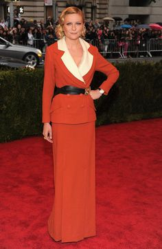 Kristen Dunst looked very vintage at the #METGala last night accessorizing with Van Cleef & Arpels jewelry.