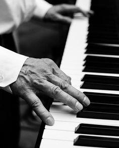 Ich liebe #livemusik auf einer #hochzeit . eine #liveband ist eine gute idee für die #traumhochzeit2017. man kann die #leidenschaft spüren und merkt wie viel spaß die #band hat. #liveband #livemusic #hannover #wedding #hochzeitinhannover #hochzeitsfotograf #hochzeitsfotografhannover #klavier #keyboard #piano #pianist #wasserschloss #wasserschlosshülsede #vintagewedding #hochzeitswahn #hochzeitsband #weddingstyle #marymag #brautmagazin #thelittleweddingcorner #weddix #misssolution…