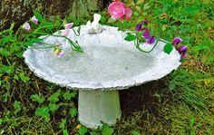 Giv havens fugle deres eget fuglebad. Du kan selv støbe badet til dem, og projektet her tager ikke mere end et par dages tørretid.
