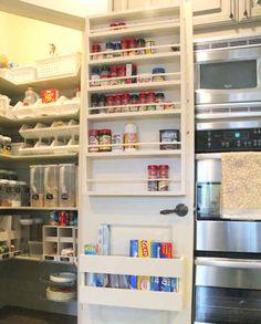 Comment faire pour utiliser l'arrière d'une porte pour ranger les essentiels de cuisine ?