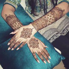 this is beautiful floral bracelet mehndi design for backhands Wedding Henna Designs, Indian Mehndi Designs, Mehndi Designs For Girls, Mehndi Design Images, Beautiful Henna Designs, Henna Tattoo Designs, Mehandi Designs, Wedding Mehndi, Mehndi Designs Bridal Hands