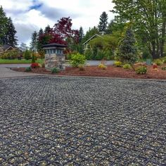 Top 60 Best Gravel Driveway Ideas - Curb Appeal Designs Discover how to boost your home's curb appeal with the top 60 best gravel driveway ideas. Explore unique entrances and landscaping designs. Front Garden Ideas Driveway, Circle Driveway, Modern Driveway, Driveway Design, Driveway Entrance, Landscape Pavers, Gravel Landscaping, Landscape Design, Landscaping Ideas
