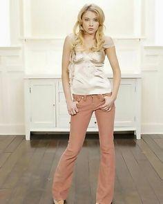 Elisabeth harnois love Elisabeth Harnois, Movie Stars, Capri Pants, Khaki Pants, Glamour, Actresses, Crushes, Fashion, Female Actresses