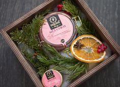 На этой странице вы найдете необычные корпоративные подарки на Новый год. Все наборы можно дополнять/изменять по составу, делать чуть дешевле или более премиальными, например, вип-подарками. Катало… Christmas Gift Box, Holiday Gifts, New Years Decorations, Christmas Decorations, Tiny Gifts, Presents For Girls, Christmas Arrangements, Jar Gifts, Handmade Soaps