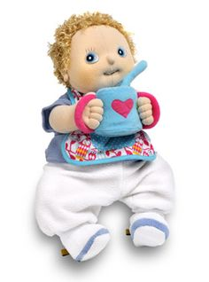 Een eet setje voor je Rubens Barn Baby pop, dát is handig, want jouw baby wil net als jij natuurlijk ook eten. Met een slabbetje, een beker en een lepel.
