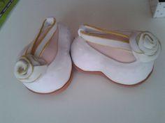 Zapatos blancos de Goma Eva con una flor de adorno. Fofuchas.